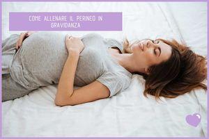 Donna in gravidanza sul letto che allena perineo