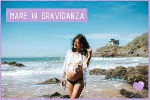 Donna incinta sulla spiaggia
